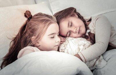 לישון עם חברים