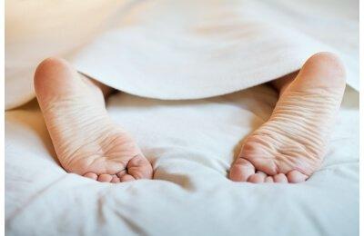 שוכבים במיטה ולא נרדמים ? טיפים פרקטיים שמחליפים ספירת כבשים